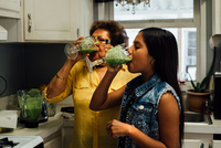 Grandmother and granddaughter drinking smoothies 11015318007| 写真素材・ストックフォト・画像・イラスト素材|アマナイメージズ