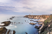 Sea with light house in distant background, Point Arena, California, US 11015318052| 写真素材・ストックフォト・画像・イラスト素材|アマナイメージズ