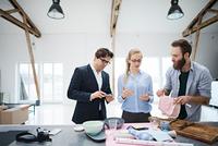 Interior designer team looking at kitchenware in design studio 11015318517| 写真素材・ストックフォト・画像・イラスト素材|アマナイメージズ
