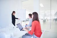 Colleagues in office watching presentation 11015318555| 写真素材・ストックフォト・画像・イラスト素材|アマナイメージズ
