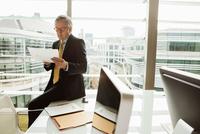 Businessman reading and analysing report, London, UK 11015318855| 写真素材・ストックフォト・画像・イラスト素材|アマナイメージズ