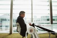Businessman reading and analysing report, London, UK 11015318856| 写真素材・ストックフォト・画像・イラスト素材|アマナイメージズ