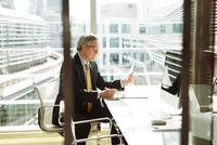 Businessman reading and analysing report, London, UK 11015318858| 写真素材・ストックフォト・画像・イラスト素材|アマナイメージズ