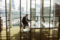 Businessman reading and analysing report, London, UK 11015318859| 写真素材・ストックフォト・画像・イラスト素材|アマナイメージズ