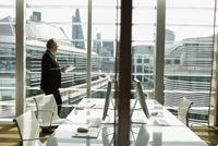 Businessman reading and analysing report, London, UK 11015318860| 写真素材・ストックフォト・画像・イラスト素材|アマナイメージズ