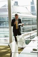 Businessman reading and analysing report, London, UK 11015318861| 写真素材・ストックフォト・画像・イラスト素材|アマナイメージズ