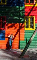 Woman leaning against colourful house, La Boca, Buenos Aires, Argentina 11015319098| 写真素材・ストックフォト・画像・イラスト素材|アマナイメージズ
