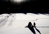 Silhouette of man with shelter on snow covered landscape, Ural, Russia 11015319289  写真素材・ストックフォト・画像・イラスト素材 アマナイメージズ