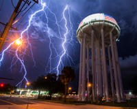 Spectacular lightning bolt with simultaneous branches strikes Cocoa, Florida, amid power lines near the city's water tower 11015319451| 写真素材・ストックフォト・画像・イラスト素材|アマナイメージズ