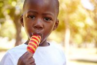 Boy eating ice lolly 11015319604| 写真素材・ストックフォト・画像・イラスト素材|アマナイメージズ
