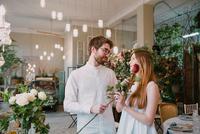 Couple in restaurant, man handing women red rose 11015319646| 写真素材・ストックフォト・画像・イラスト素材|アマナイメージズ