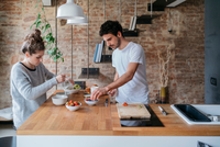 Young couple preparing breakfast at kitchen counter 11015319688| 写真素材・ストックフォト・画像・イラスト素材|アマナイメージズ