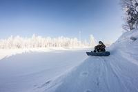 Skier resting in snow, Mount White, Sverdlovsk, Russia 11015319813| 写真素材・ストックフォト・画像・イラスト素材|アマナイメージズ
