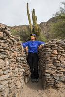 Women exploring ruins, Ruins of Quilmes, Cafayate, Salta, Argentina, South America 11015320036| 写真素材・ストックフォト・画像・イラスト素材|アマナイメージズ