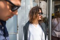 Young woman waiting at city bus stop, Beyazit, Turkey 11015320296| 写真素材・ストックフォト・画像・イラスト素材|アマナイメージズ