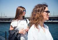 Two young female tourists waiting at harbour for passenger ferry, Beyazit, Turkey 11015320300| 写真素材・ストックフォト・画像・イラスト素材|アマナイメージズ