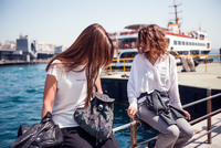 Two young female tourists sitting at harbour by passenger ferry, Beyazit, Turkey 11015320301| 写真素材・ストックフォト・画像・イラスト素材|アマナイメージズ