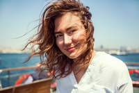 Portrait of young female tourist on passenger ferry deck, Beyazit, Turkey 11015320309| 写真素材・ストックフォト・画像・イラスト素材|アマナイメージズ