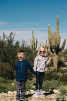 Boy and girl holding hands, Wadell, Arizona, USA 11015320557| 写真素材・ストックフォト・画像・イラスト素材|アマナイメージズ