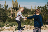 Boy and girl holding hands, Wadell, Arizona, USA 11015320558| 写真素材・ストックフォト・画像・イラスト素材|アマナイメージズ
