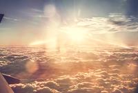View of clouds, taken from aeroplane window 11015320604  写真素材・ストックフォト・画像・イラスト素材 アマナイメージズ