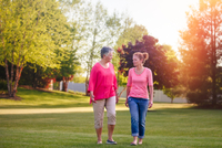 Mother and adult daughter walking in rural setting, at sunset 11015320871| 写真素材・ストックフォト・画像・イラスト素材|アマナイメージズ