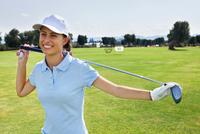 Portrait of a young female golf player 11015321056| 写真素材・ストックフォト・画像・イラスト素材|アマナイメージズ