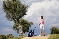 Female golfer with golf bag on course 11015321058| 写真素材・ストックフォト・画像・イラスト素材|アマナイメージズ