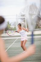 Serious girl playing tennis 11015321522| 写真素材・ストックフォト・画像・イラスト素材|アマナイメージズ