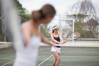 Serious girl playing tennis 11015321524| 写真素材・ストックフォト・画像・イラスト素材|アマナイメージズ