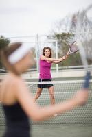 Serious girl playing tennis 11015321525| 写真素材・ストックフォト・画像・イラスト素材|アマナイメージズ