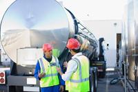 Workers talking by tanker truck 11015321583| 写真素材・ストックフォト・画像・イラスト素材|アマナイメージズ