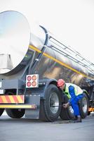 Worker changing tanker truck wheel 11015321585| 写真素材・ストックフォト・画像・イラスト素材|アマナイメージズ