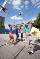 Friends playing basketball together 11015321680| 写真素材・ストックフォト・画像・イラスト素材|アマナイメージズ