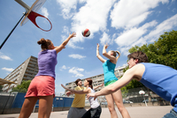 Friends playing basketball together 11015321681| 写真素材・ストックフォト・画像・イラスト素材|アマナイメージズ