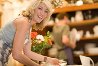 Woman carrying plates in kitchen 11015322007| 写真素材・ストックフォト・画像・イラスト素材|アマナイメージズ