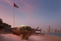 Canoe on sand at urban beach 11015322858  写真素材・ストックフォト・画像・イラスト素材 アマナイメージズ
