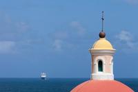 Ornate dome overlooking ocean 11015323110  写真素材・ストックフォト・画像・イラスト素材 アマナイメージズ