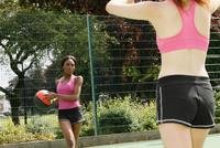 Women playing basketball on court 11015323155| 写真素材・ストックフォト・画像・イラスト素材|アマナイメージズ
