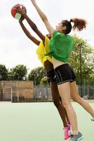 Women playing basketball on court 11015323160| 写真素材・ストックフォト・画像・イラスト素材|アマナイメージズ