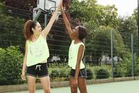 Women cheering on basketball court 11015323161| 写真素材・ストックフォト・画像・イラスト素材|アマナイメージズ