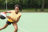 Woman playing basketball on court 11015323176| 写真素材・ストックフォト・画像・イラスト素材|アマナイメージズ