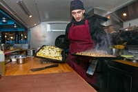 Chef preparing pizzas in food stall van at night 11015325073| 写真素材・ストックフォト・画像・イラスト素材|アマナイメージズ