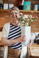 Senior adult woman with floral craftwork 11015325312| 写真素材・ストックフォト・画像・イラスト素材|アマナイメージズ