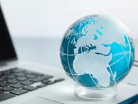 Globe and laptop on desk 11015325329| 写真素材・ストックフォト・画像・イラスト素材|アマナイメージズ