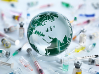 Global Pandemic, Globe of the world surrounded by drugs, vaccines and syringes 11015325341| 写真素材・ストックフォト・画像・イラスト素材|アマナイメージズ