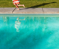 Waist down view of boy wrapped in towel running on poolside 11015325403  写真素材・ストックフォト・画像・イラスト素材 アマナイメージズ