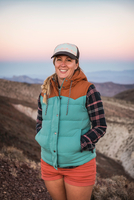 Portrait of mid adult woman in Death Valley National Park, California, USA 11015325406| 写真素材・ストックフォト・画像・イラスト素材|アマナイメージズ