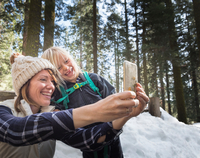 Mother and son taking selfie, Sequoia National Park, California, US 11015325500| 写真素材・ストックフォト・画像・イラスト素材|アマナイメージズ
