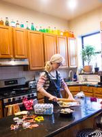 Woman baking at kitchen counter 11015325611| 写真素材・ストックフォト・画像・イラスト素材|アマナイメージズ